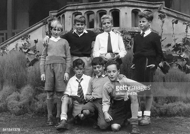 Juan Carlos I *König von Spanien 1975 als Kind im Kreis seiner Spielkameraden im Garten von Schloss Miramar in San Sebastian undatiert