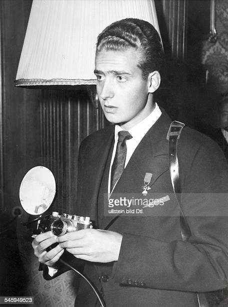 Juan Carlos I *König von Spanien 1975 Porträt als Kronprinz mit Fotokamera 1956