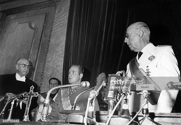 Juan Carlos I *König von Spanien 1975 Prinz Juan Carlos de Borbon y Borbon leistet im spanischen Parlament den Eid als Nachfolger des...