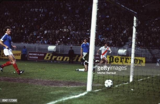 Juan Carlos Oblitas of Peru scoring during the International Friendly match between France and Peru at Parc des Princes in Paris on April 28th 1982