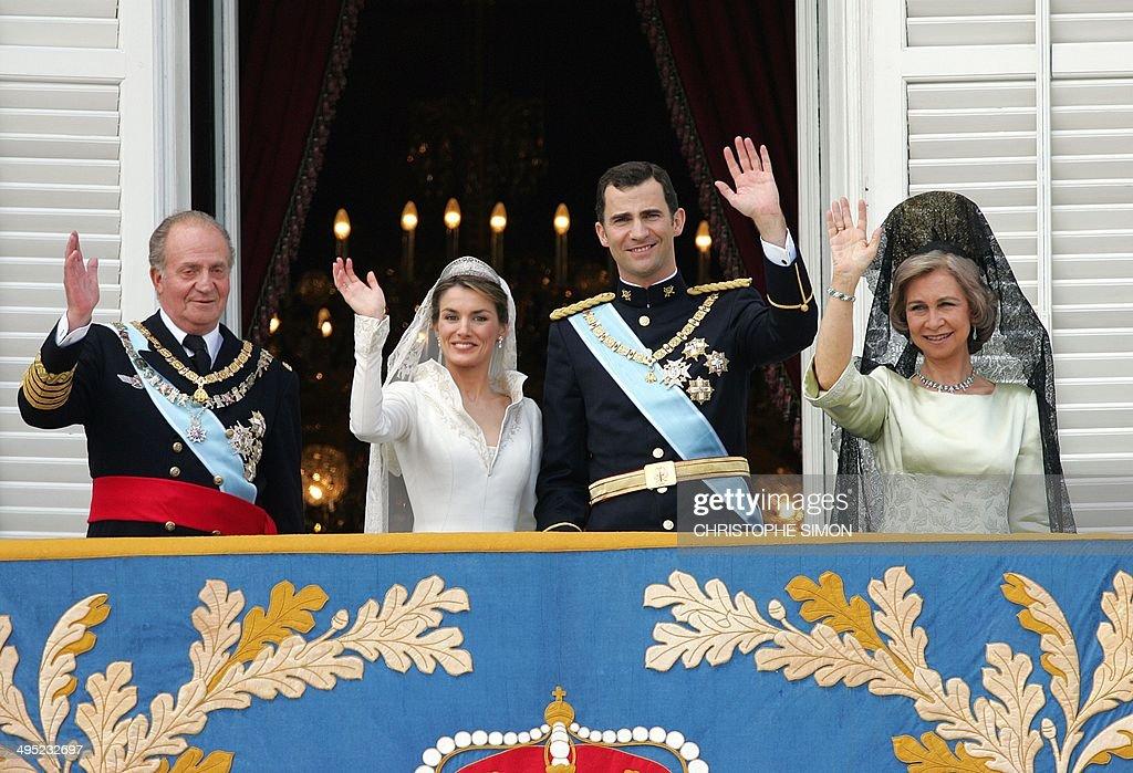SPAIN-ROYALS-FELIPE-LETIZIA-JUAN CARLOS-SOFIA-BALCONY-WEDDING : Nachrichtenfoto