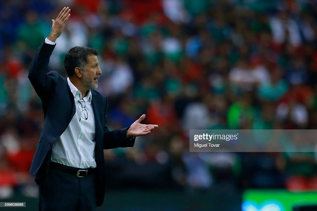 Juan Carlos Osorio coach of Mexico gives instructions during a match between Mexico and Honduras as part of FIFA 2018 World Cup Qualifiers at Azteca Stadium on September 06, 2016 in Mexico City, Mexico.