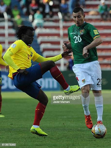Juan Carlos Paredes of Ecuador fights for the ball with Pablo Escobar of Bolivia during a match between Bolivia and Ecuador as part of FIFA 2018...