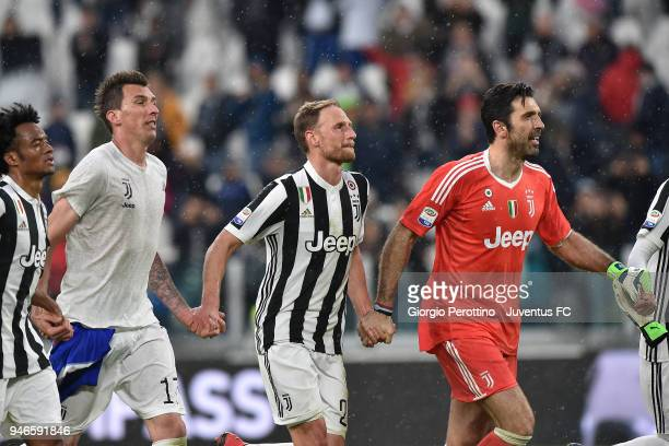 Juan Cuadrado Mario Mandzukic Benedikt Howedes and Gianluigi Buffon of Juventus celebrate the victory at the end of the serie A match between...