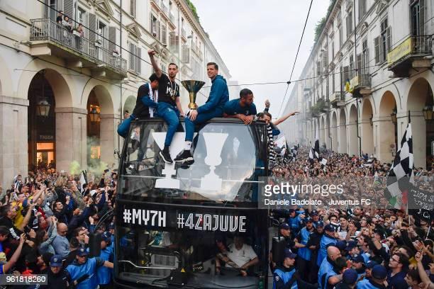 Juan Cuadrado Mattia De Sciglio Wojciech Szczesny and Medhi Benatia of Juventus cheers the fans during a victory Parade by Juventus on May 19 2018 in...