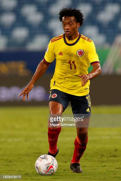 Juan Cuadrado of Colombia controls the ball during a Group B match between Ecuador and Colombia at Arena Pantanal on June 13, 2021 in Cuiaba, Brazil.