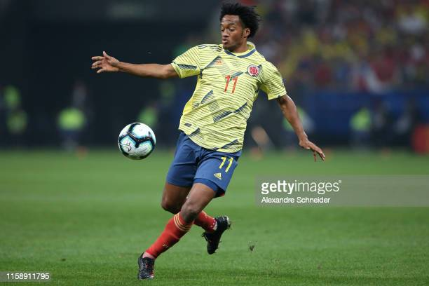 Juan Cuadrado of Colombia controls the ball during the Copa America Brazil 2019 quarterfinal match between Colombia and Chile at Arena Corinthians on...