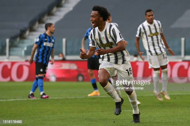 Juan Cuadrado of Juventus celebrates after scoring a second half penalty to give the side a 3-2 lead during the Serie A match between Juventus and FC...