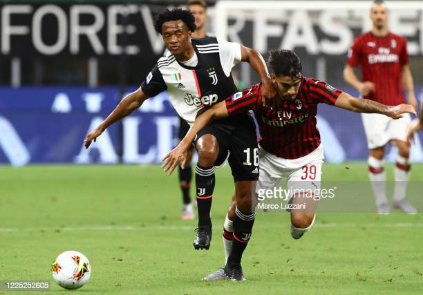 Juan Cuadrado of Juventus FC competes for the ball with Lucas Paqueta of AC Milan during the Serie A match between AC Milan and Juventus at Stadio...