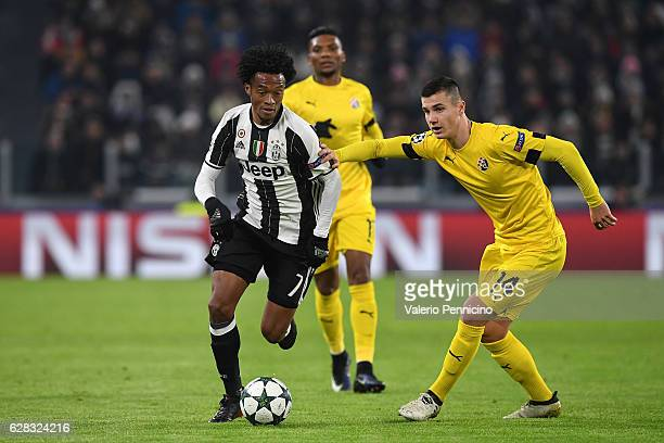 Juan Cuadrado of Juventus is challenged by Amer Gojak of GNK Dinamo Zagreb during the UEFA Champions League Group H match between Juventus and GNK...