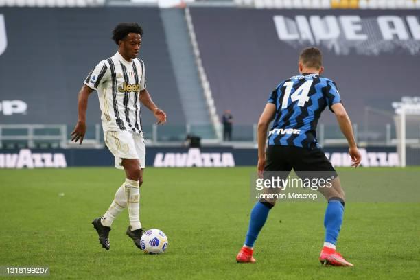 Juan Cuadrado of Juventus runs at Ivan Perisic of Internazionale during the Serie A match between Juventus and FC Internazionale at Allianz Stadium...