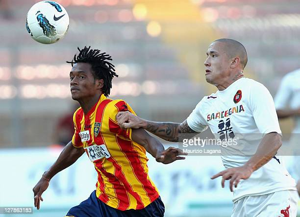 Juan Cuadrado of Lecce competes for the ball with Radja Nianggolan of Cagliari during the Serie A match between US Lecce and Cagliari Calcio at...
