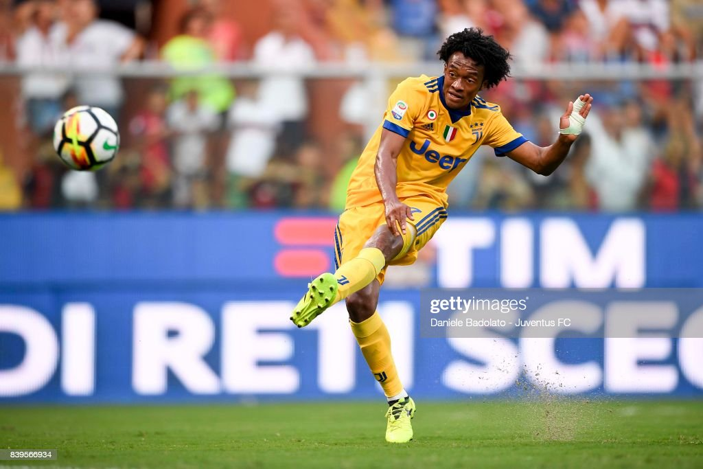 Juan Cuadrado scores a goal during the Serie A match between Genoa CFC and Juventus at Stadio Luigi Ferraris on August 26, 2017 in Genoa, Italy.