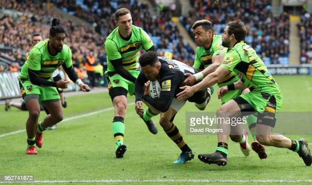 Juan de Jongh of Wasps breaks clear to score their fourth try during the Aviva Premiership match between Wasps and Northampton Saints at The Ricoh...