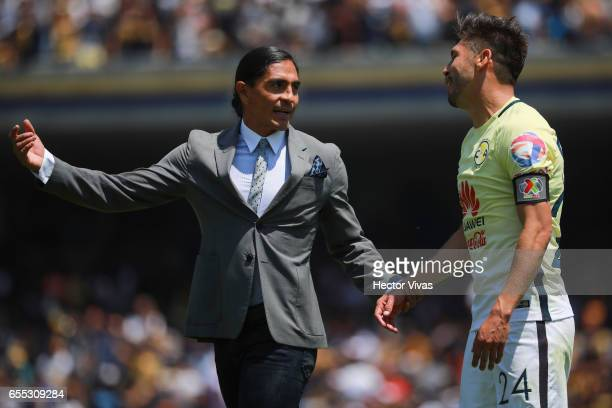 Juan Francisco Palencia coach of Pumas argues with Oribe Peralta of America during the 11th round match between Pumas UNAM and America as part of the...