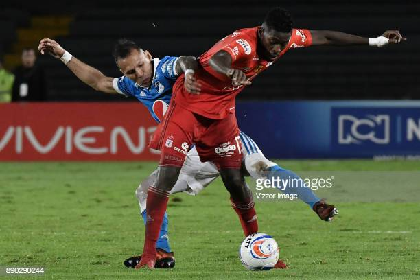 Juan Guillermo Dominguez of America de Cali fights for the ball with Olmes García of Millonarios during the second leg match between Millonarios and...