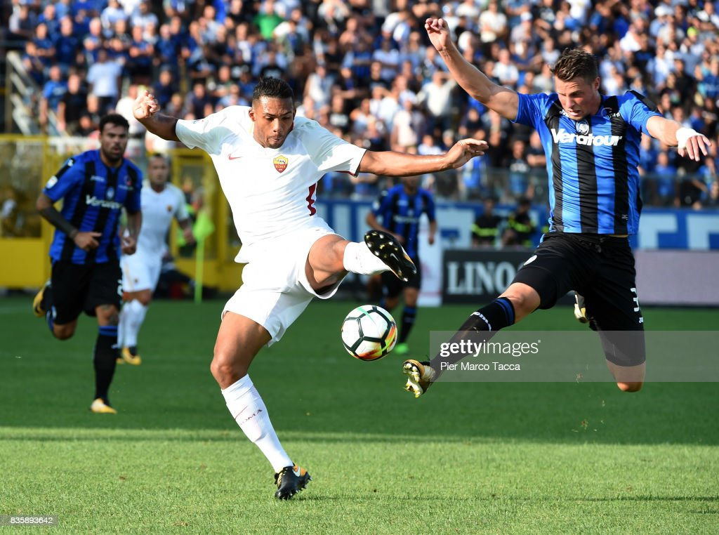 Juan Jesus of AS Roma competes for the ball with Hans Hateboer of Atalanta BC during the Serie A match between Atalanta BC and AS Roma at Stadio Atleti Azzurri d'Italia on August 20, 2017 in Bergamo, Italy.