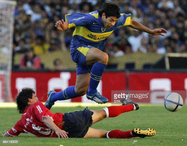 Juan Krupoviesa de Boca Juniors pelea por la pelota con Lucas Pusineri de Independiente el 11 de diciembre de 2005 durante el partido disputado en el...