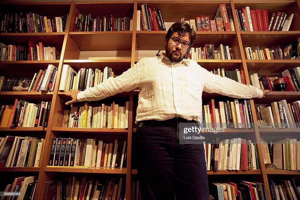 Juan Manuel de Prada writer The writer in their work table in their library : Fotografía de noticias