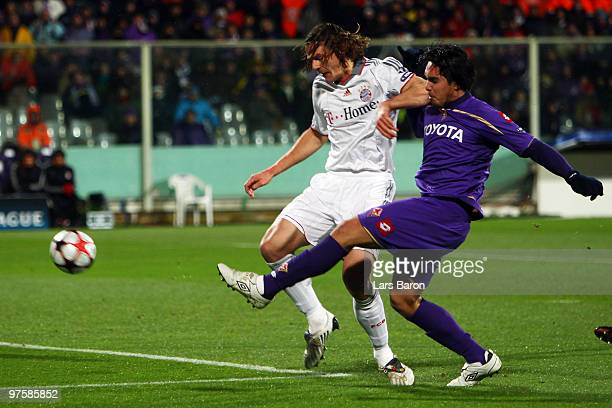 Juan Manuel Vargas of Florence scores the first goal past Daniel van Buyten of Muenchen during the UEFA Champions League round of sixteen second leg...