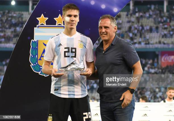 Juan Marcos Foyth of Argentina receives the Best Player of the Match Trophy after winning a friendly match between Argentina and Mexico at Mario...
