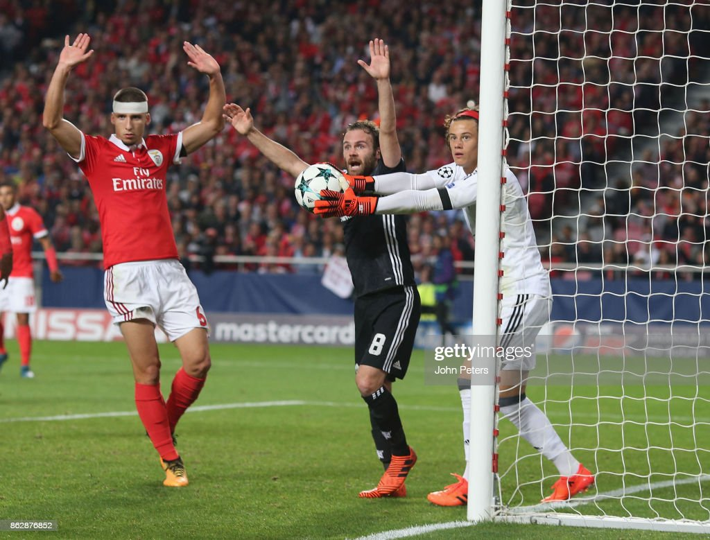 SL Benfica v Manchester United - UEFA Champions League : News Photo
