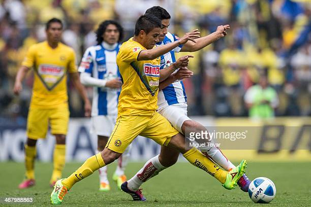 Juan Medina of America fights for the ball with Diego de Buen of Pachuca during a match between America and Pachuca as part of the Clausura 2014 Liga...