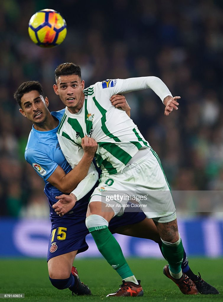 Juan Pedro Ramirez of Girona CF (L) competes for the ball with Arnaldo Antonio Sanabria of Real Betis Balompie (R) during the La Liga match between Real Betis and Girona at Estadio Benito Villamarin on November 25, 2017 in Seville, .