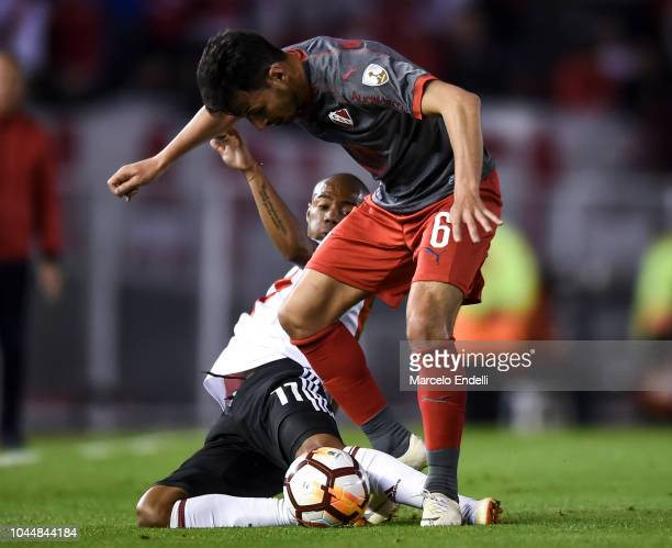 Juan Sanchez Miño of Independiente fights for the ball with Nicolas De La Cruz of River Plate during a quarter final second leg match of Copa...
