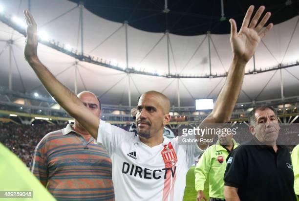Juan Sebastian Veron of Estudiantes cheers after the match between Estudiantes and San Lorenzo as part of Torneo Final 2014 at Ciudad de La Plata...