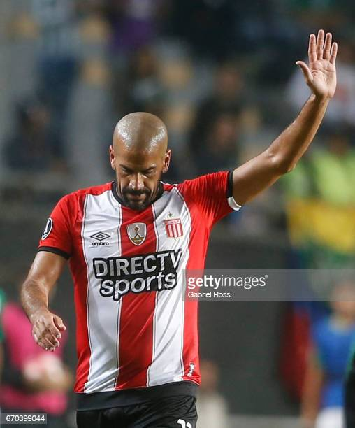 Juan Sebastian Veron of Estudiantes greets the fans as he leaves the field during a group stage match between Estudiantes and Atletico Nacional as...
