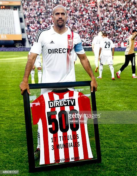Juan Sebastian Veron of Estudiantes receives an honoring jersey at his fifth hundredth match at Ciudad de La Plata Stadium during a match between...