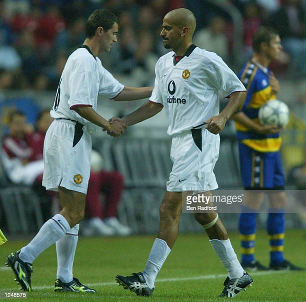 Juan Sebastian Veron of Manchester United is subsituted by team mate Roy Keane during the third match of the Amsterdam preseason tournament between...