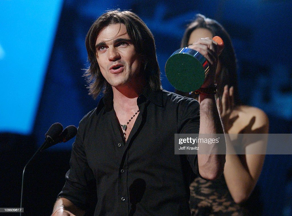 Juanes accepts the award for Best Rock Artist at the MTV Video Music Awards Latin America 2003.