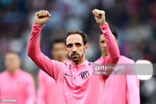 Juanfran of Atletico Madrid acknowledges the fans ahead of the UEFA Europa League Final between Olympique de Marseille and Club Atletico de Madrid at...