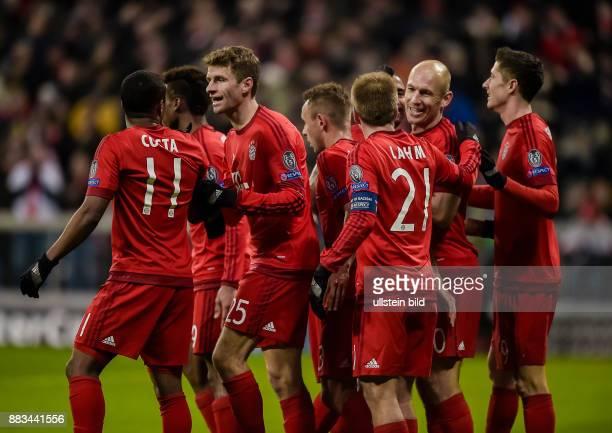 Jubel bei den Bayern Spielern Douglas Costa Thomas Mueller Philipp Lahm Arjen Robben und Robert Lewandowski nach dem Tor zum 30 waehrend dem 5...