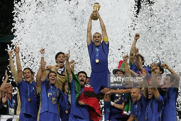 Jubel der Italien mit WM Pokal Kapitän Fabio Cannavaro Weltmeisterschaftsfinale WM Finale Italien Frankreich world cup final Italy against france...