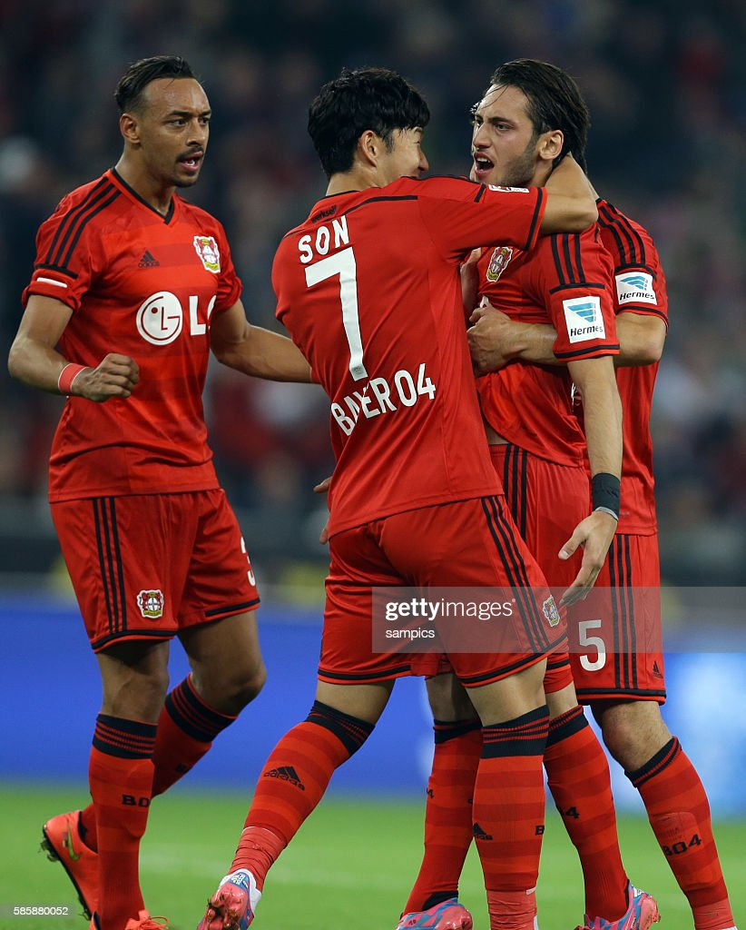 Jubel Der Leverkusener Spieler Mit Karim Bellarabi Heung