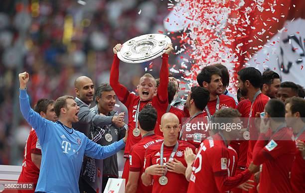 Jubel des FC Bayern mit Meisterschale bei der Siegerehrung Kapitän Philipp LAHM FC Bayern München mit der Mannschaft Manuel Neuer Bayern München und...