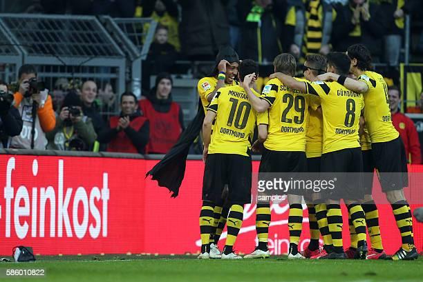 Jubel Dortmund mit Torschütze PierreEmerick Aubameyang als batman verkleidet Fußball 1 Bundesliga Borussia Dortmund FC Schalke 04 30 Revierderby...