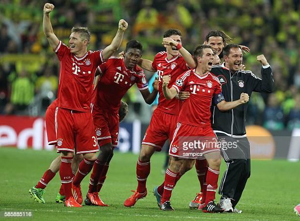 Jubel FC Bayern mit Bastian Schweinsteiger David Alaba Mario Gomez Kapitän Philipp Lahm Physio Stephan Weickert Daniel van Buyten FC Bayern München...
