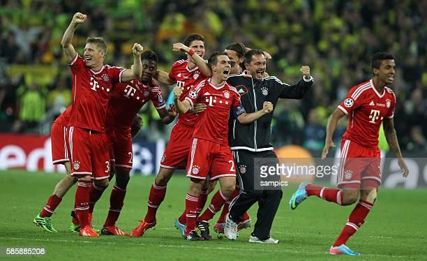 Jubel FC Bayern mit Bastian Schweinsteiger David Alaba Mario Gomez Kapitän Philipp Lahm Physiotherapeuth Stephan Weickert Luiz Gustavo FC Bayern...