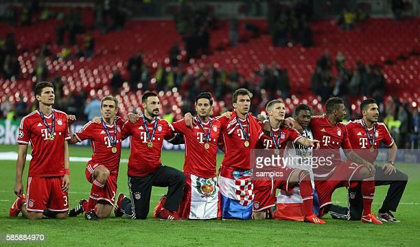 Jubel FC Bayern mit Mario Gomez Philipp Lahm Diego Contento Claudio Pizarro Mario Mandzukic Bastian Schweinsteiger David Alaba Jerome Boateng Emre...