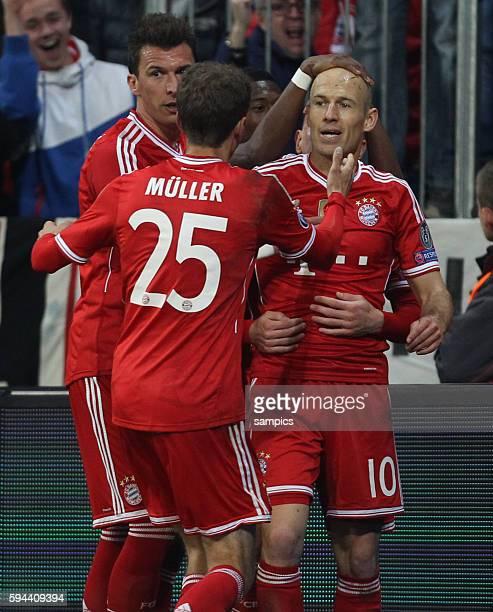 1 von Arjen Robben es gratulieren die beiden anderen torschützen Mario Mandzukic und Thomas Müller Fussball Uefa Championsleague Viertelfinale...