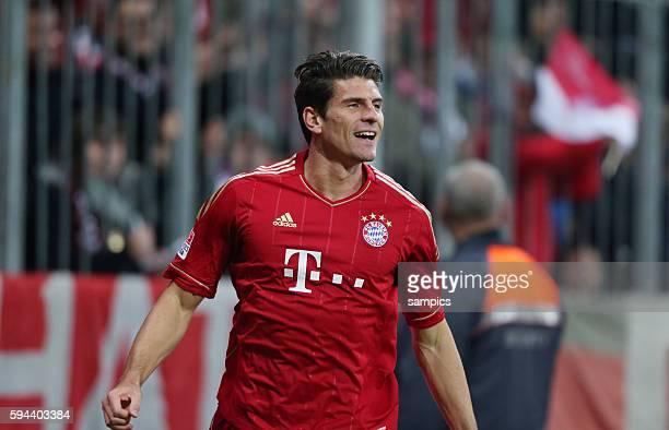 Jubel um Torschützen Mario GOMEZ FC Bayern München nach seinem Tor zu 50 1 Bundesliga Fussball FC Bayern München Hannover 96 50 Saison 2012 / 2013