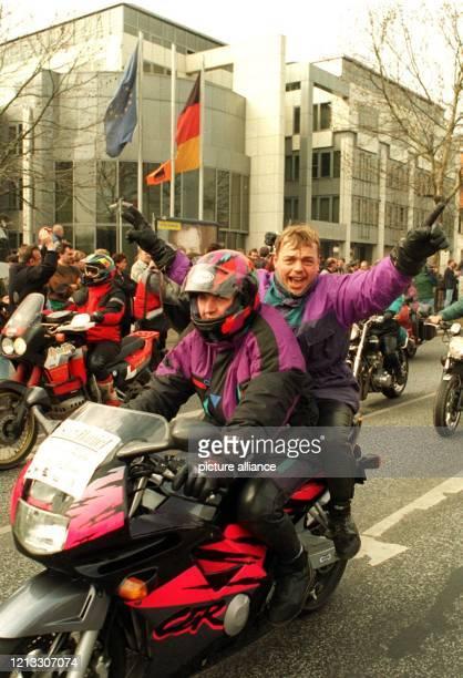 Jubelnd fahren Bergarbeiter mit ihren Motorrädern am 13.3.1997 an der Bonner FDP-Zentrale vorbei. Nach der Bekanntgabe der Einigung über die...