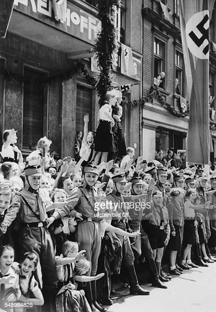 Jubelnde Bevölkerung am Strassenrand inErwartung der Ankunft der italienischenStaatsgäste