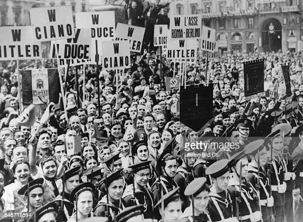 Jubelnde Bevölkerung am Strassenrandin Erwartung der Vorbeifahrt vonReichsaussenminister Joachim v Ribbentropund seinem italienischen...