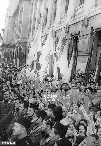 Jubelnde Bevölkerung am Strassenrandin Erwartung der Vorbeifahrt vonReichsaussenminister Joachim v. Ribbentropund seinem italienischen...