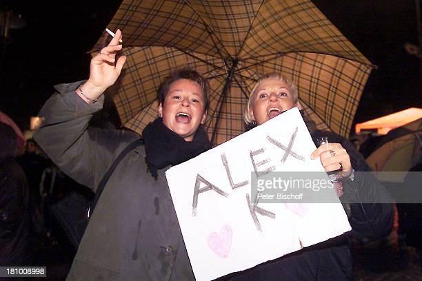 Jubelnde Fans von Alexander Klaws Stade 0832003 im Hafen während der Entscheidung Regen draußen vor Großbildleinwand Regenschirm Jubel nach Auftritt...